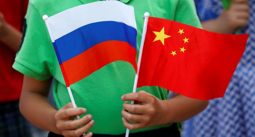 Ruská a čínská vlajky