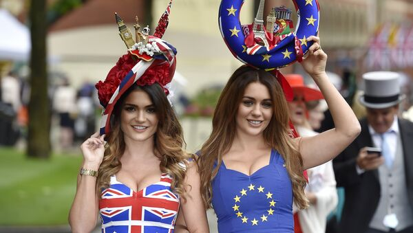 Dívky v tričkách s vlajkami EU a Velké Británie - Sputnik Česká republika
