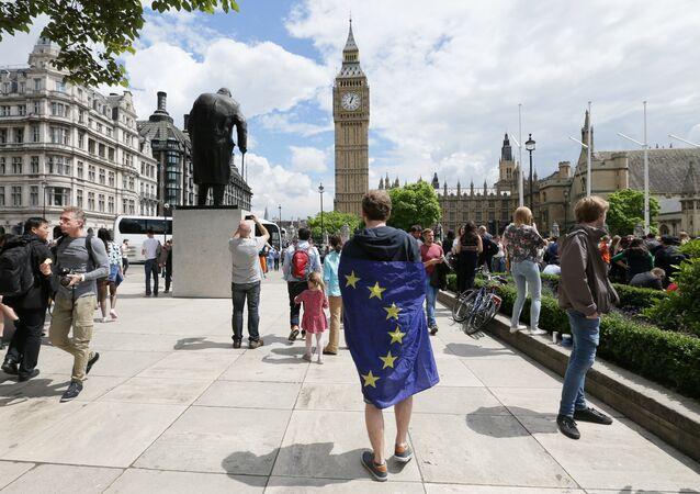 Chodec s vlajkou EU v Londýně