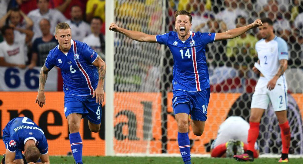 Islandští fotbalisté slaví vítězství nad Angličany