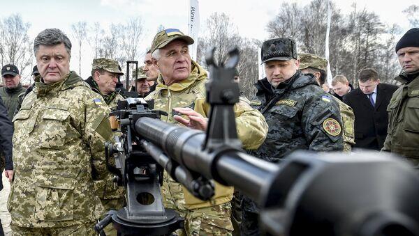 Ukrajinský prezident Petro Porošenko  ve výcvikovém středisku Národní gardy - Sputnik Česká republika