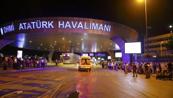 Letištěm v Istanbulu otřásly výbuchy, jsou zranění - Sputnik Česká republika