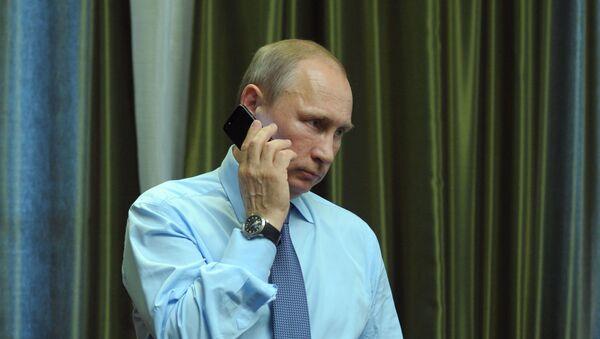 Vladimir Putin telefonuje - Sputnik Česká republika