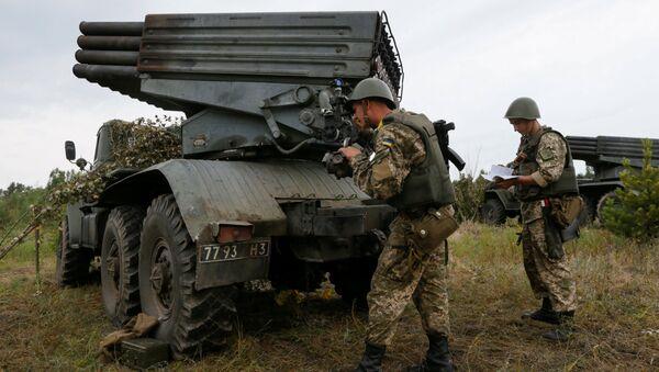 Ukrajinští vojáci vedle raketometu Grad - Sputnik Česká republika