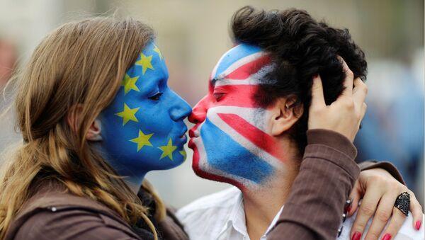 Muž a žena s tvářemi v barvách vlajek EU a Velké Británie - Sputnik Česká republika