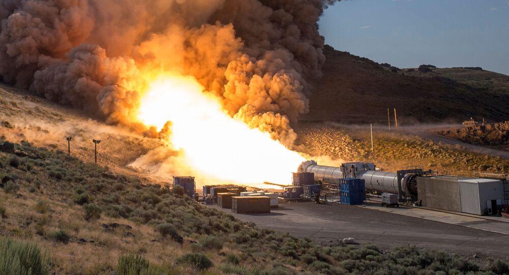 Zkoušky pohonu na tvrdá paliva pro supertěžký nosič SLS (Space Launch System)