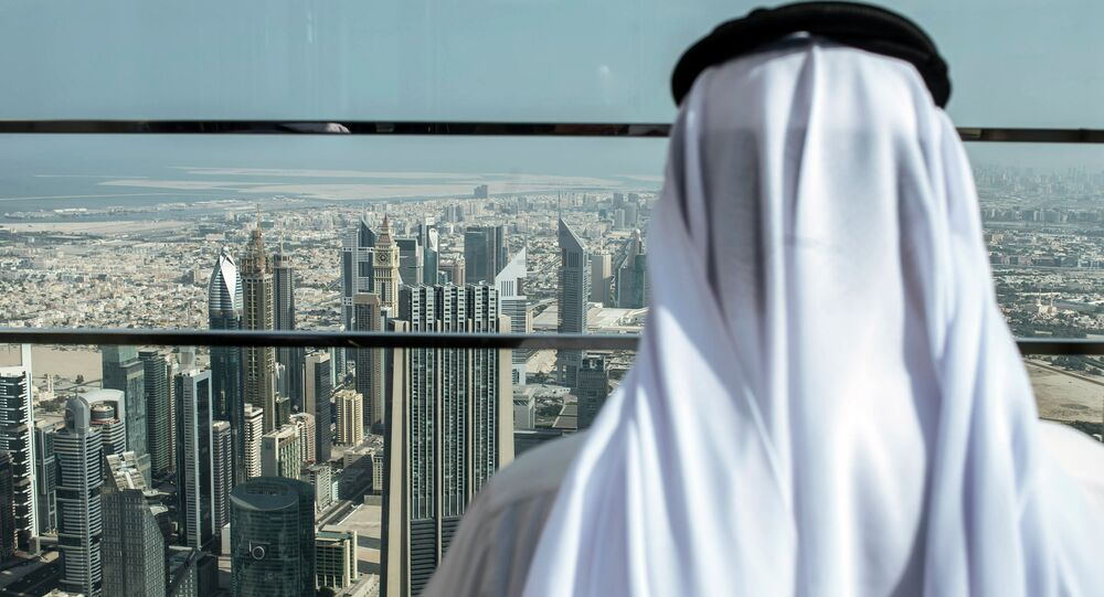 Návštěvník na střeše mrakodrapu Burdž Chalífa v Dubaji