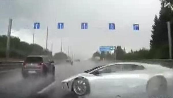 Lamborghini se během okamžiku rozpadl na kousky v Moskevském kraji. VIDEO - Sputnik Česká republika