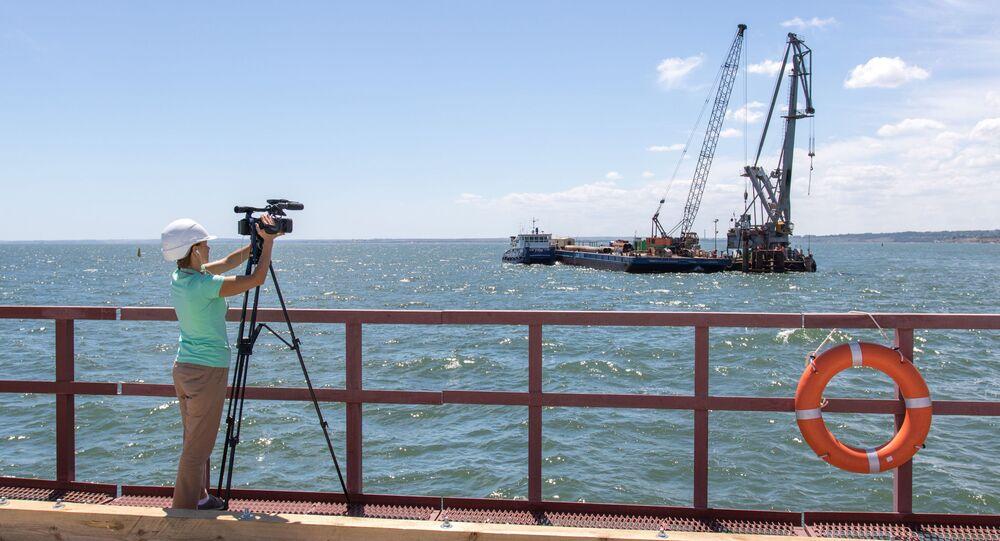 Novinář točí video během návštěvy Krymského mostu