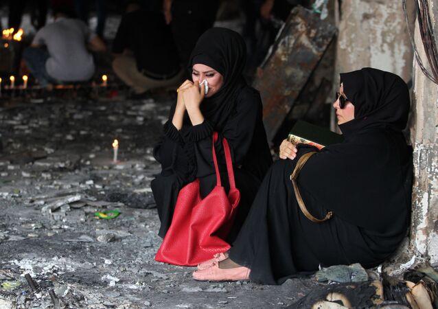 Irácké ženy pláčou u místa výbuchu v Bagdádu
