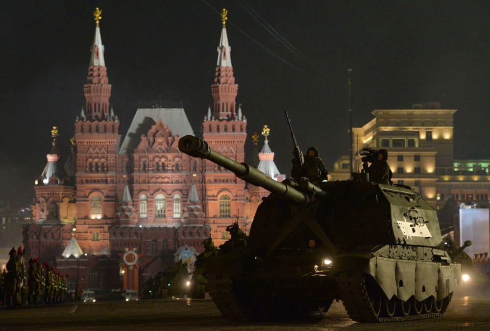 Noční zkouška přehlídky vojenské techniky v Moskvě