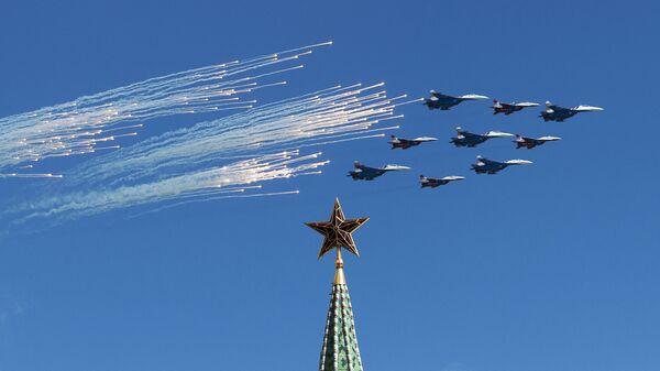 Stíhačky Su-27 a MiG-26 předvádějí slavný Kubinský briliant během zkoušky vzdušné části přehlídky. - Sputnik Česká republika