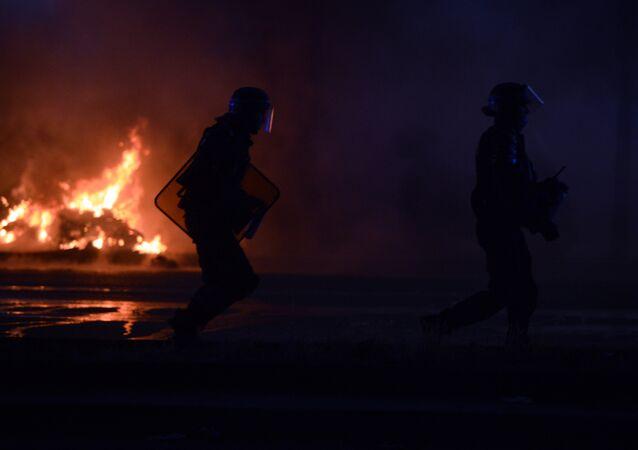 Po finálovém fotbalovém utkání začaly v Paříži nepokoje