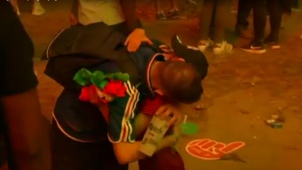 Malý portugalský fanoušek utěšuje francouzského fanouška po finále Eura 2016 - Sputnik Česká republika