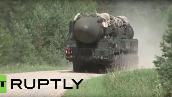 Vojáci měnili kolo na Topolu během vojenských cvičení RVSN v Tverské oblasti. VIDEO - Sputnik Česká republika
