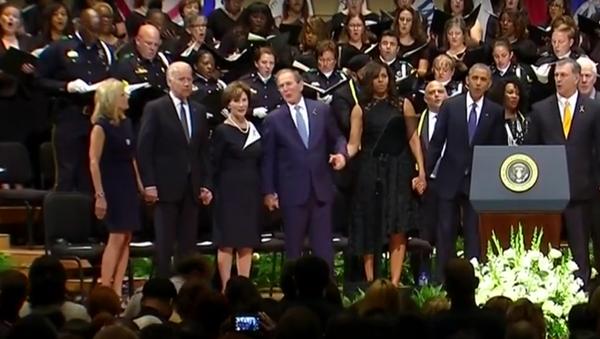 George Bush se pohupoval do taktu za zvuků hymny při panychidě v Dallasu - Sputnik Česká republika