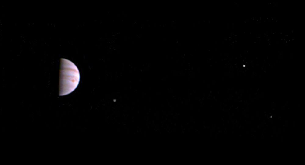 Sonda Juno odeslala první snímek Jupiteru po vstupu na jeho orbitu