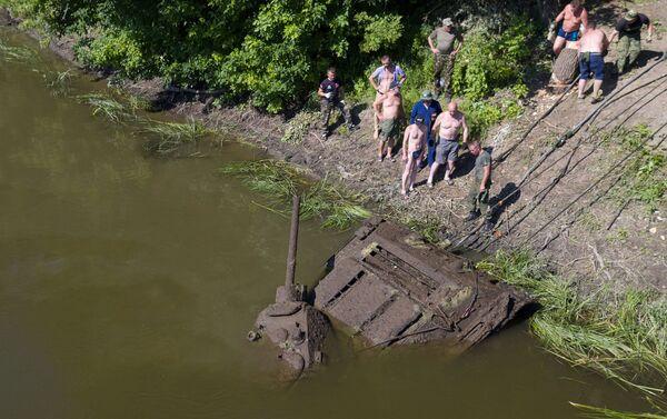 U Voroněže vytáhli ze dna řeky jediný zachovalý tank T-34-76 - Sputnik Česká republika