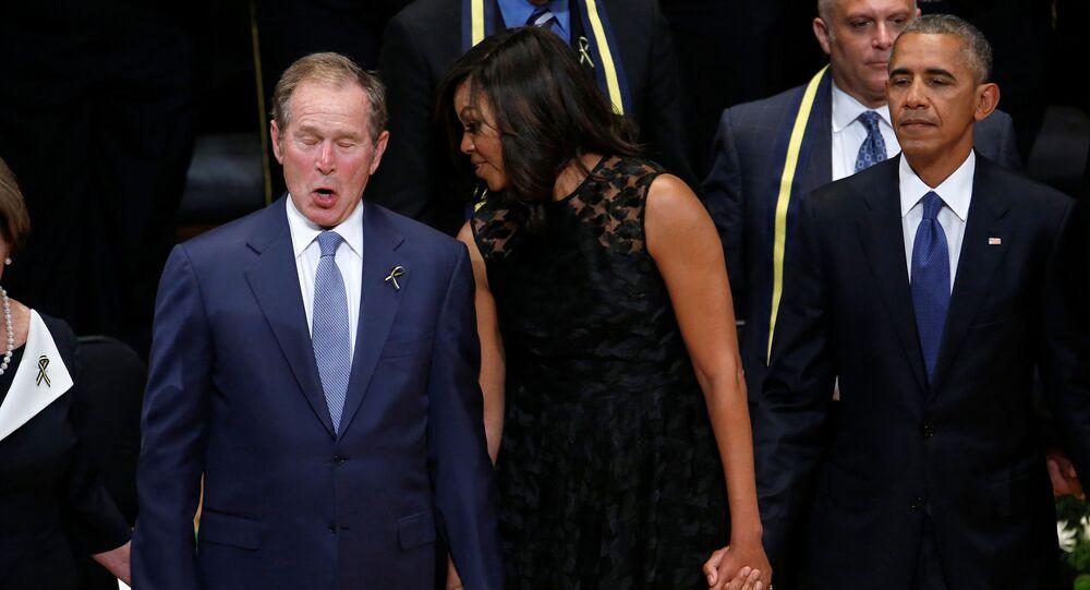 George W. Bush, Michelle Obama a prezident Barack Obama na zádušní mši po zahynulým v střelbě v Dallasu