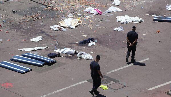 Francouzská policie prochází místem činu na Anglickém nábřeží v Nice, 15. července 2016. - Sputnik Česká republika