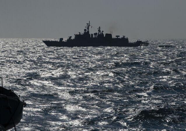 Turecká fregata TCG Turgutreis v Černém moři