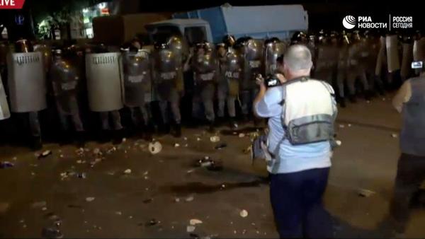 Lidé v Jerevanu házeli na policisty během protestu kameny - Sputnik Česká republika