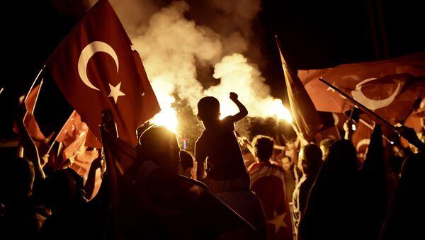 Stoupenci tureckého prezidenta Recepa Tayyipa Erdogana na náměstí Taksim v Istanbulu - Sputnik Česká republika