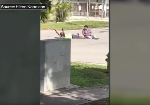 V USA policista zranil neozbrojeného Afroameričana, který pomáhal autistovi