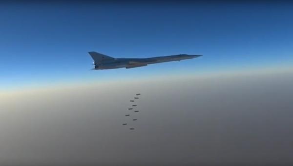Bylo zveřejněno video leteckého útoku ruských bombardérů na objekty IS v Sýrii - Sputnik Česká republika