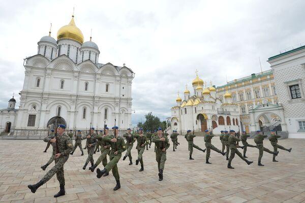 Vojáci Prezidentského pluku během pořadové přípravy - Sputnik Česká republika