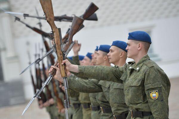 Mezi požadavky na vojáky Prezidentského pluku patří absence vady řeči, zlozvyků, tetování a piercingu - Sputnik Česká republika