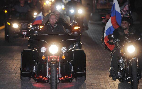 Šestnáctý motorkářský festival v Novorossijsku se stal hitem, když na něj dorazil tehdejší premiér Vladimir Putin a vůdce motorkářského klubu Nočních vlků Alexander Zaldostanov, známý jako Chirurg - Sputnik Česká republika