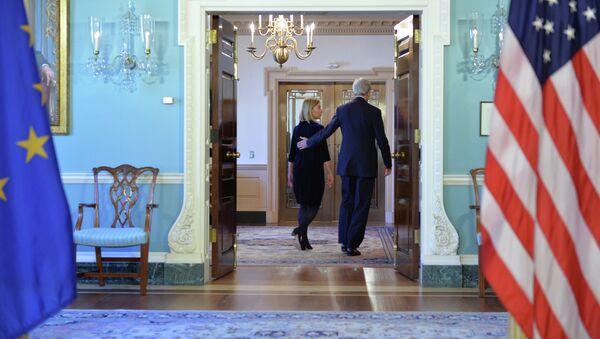 Ministr zahraničí USA John Kerry a šéfka evropské diplomacie Federica Mogheriniová - Sputnik Česká republika