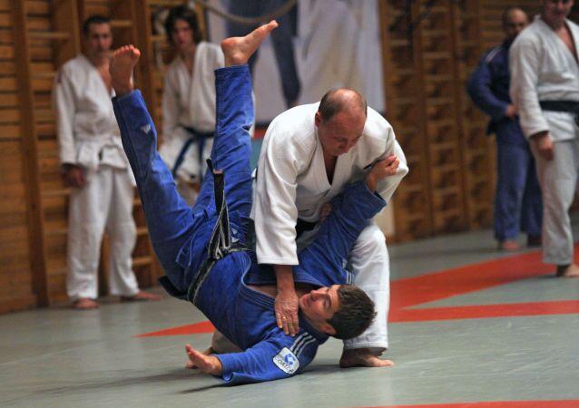 Putin provozuje sambo a judo od jedenácti let.