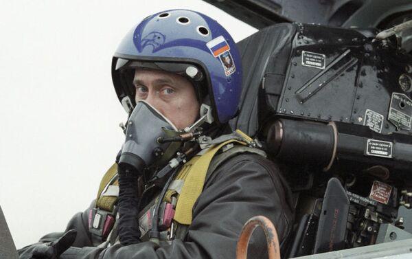 Pilotování stíhačky Su-27 není žádnou maličkostí. Vladimir Putin je ale na tuto výzvu připraven, když letí z Krasnodaru do Čečenska, aby vručil státní vyznamenání příslušníkům ruské armády - Sputnik Česká republika