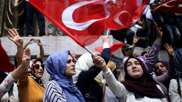 Stoupenci tureckého prezidenta Tayyipa Erdogana v Istanbulu - Sputnik Česká republika