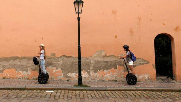 Turisté na dvoukolkách Segway v Praze - Sputnik Česká republika
