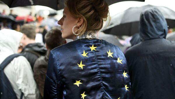 Dívka s vlajkou EU - Sputnik Česká republika