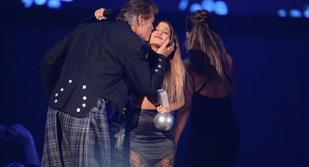 David Hasselkhoff a jeho sestra Bella gratulují Arianě Grandeové