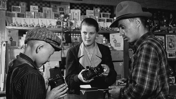 V oddělení kulturních potřeb vesnického obchodního domu Rostovské oblasti (1954) - Sputnik Česká republika
