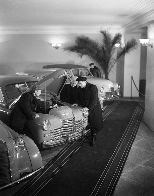 V obchodě Automily v Moskvě (1951) - Sputnik Česká republika
