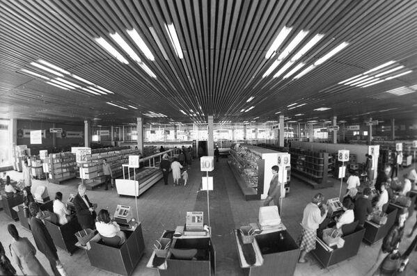 Kupující v obchodním domě v Moskvě (1982) - Sputnik Česká republika
