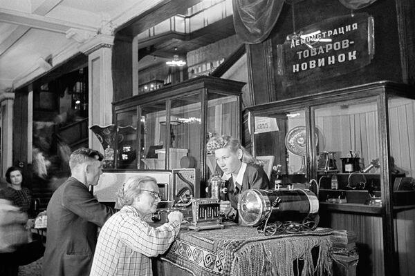 Předvádění novinek v v obchodě CUM (Centrální obchodní dům) v Moskvě (1948) - Sputnik Česká republika