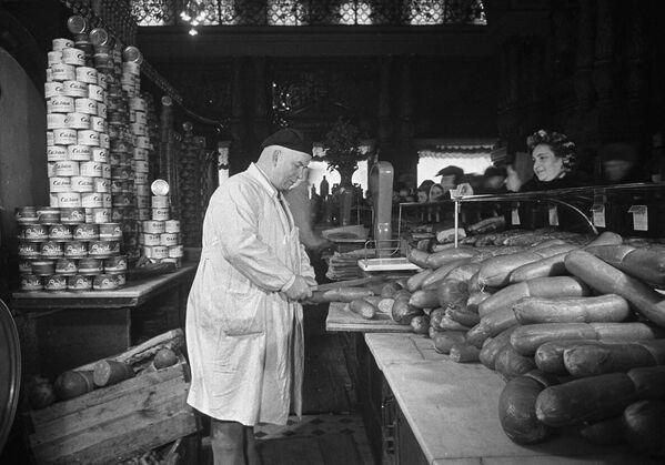 Prodej uzenin v obchodě Jelisejevskij v Moskvě (1952) - Sputnik Česká republika