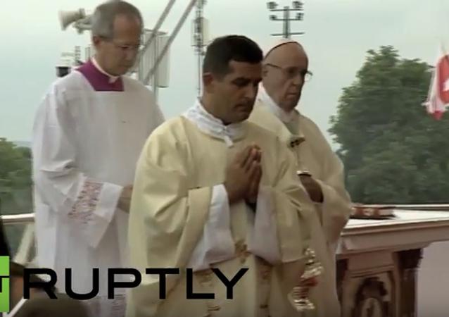 Papež František ztratil během mše v Polsku vědomí