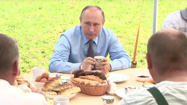 Vladimir Putin řekl, co se dá vyrábět z klikvy kromě vodky - Sputnik Česká republika