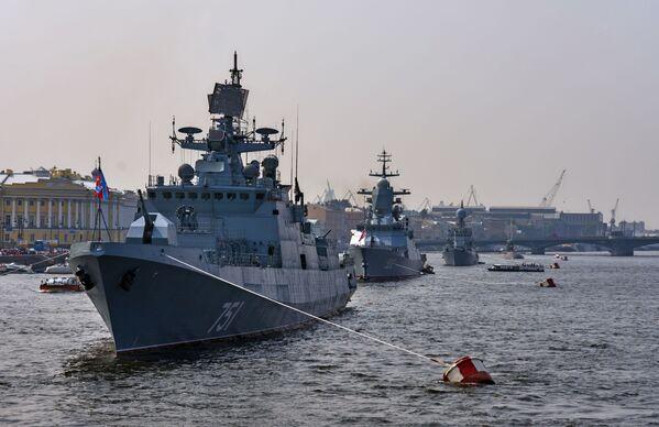 Strážní fregata Admirál Essen na řece Něvě - Sputnik Česká republika