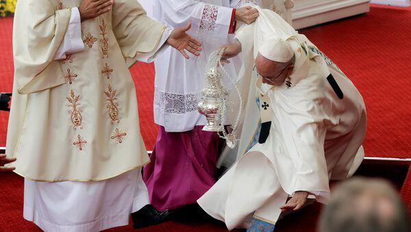 Papež František při pádu v Čenstochové - Sputnik Česká republika
