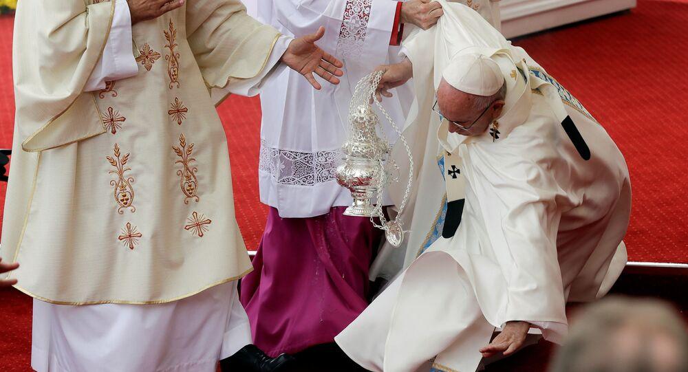 Papež František při pádu v Čenstochové