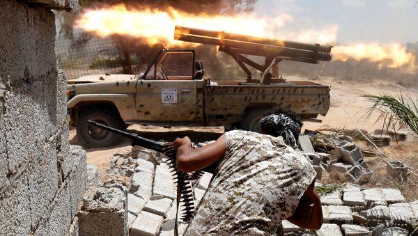 Libyjští vojáci během srážky s ozbrojenci ISIS v Syrtu - Sputnik Česká republika